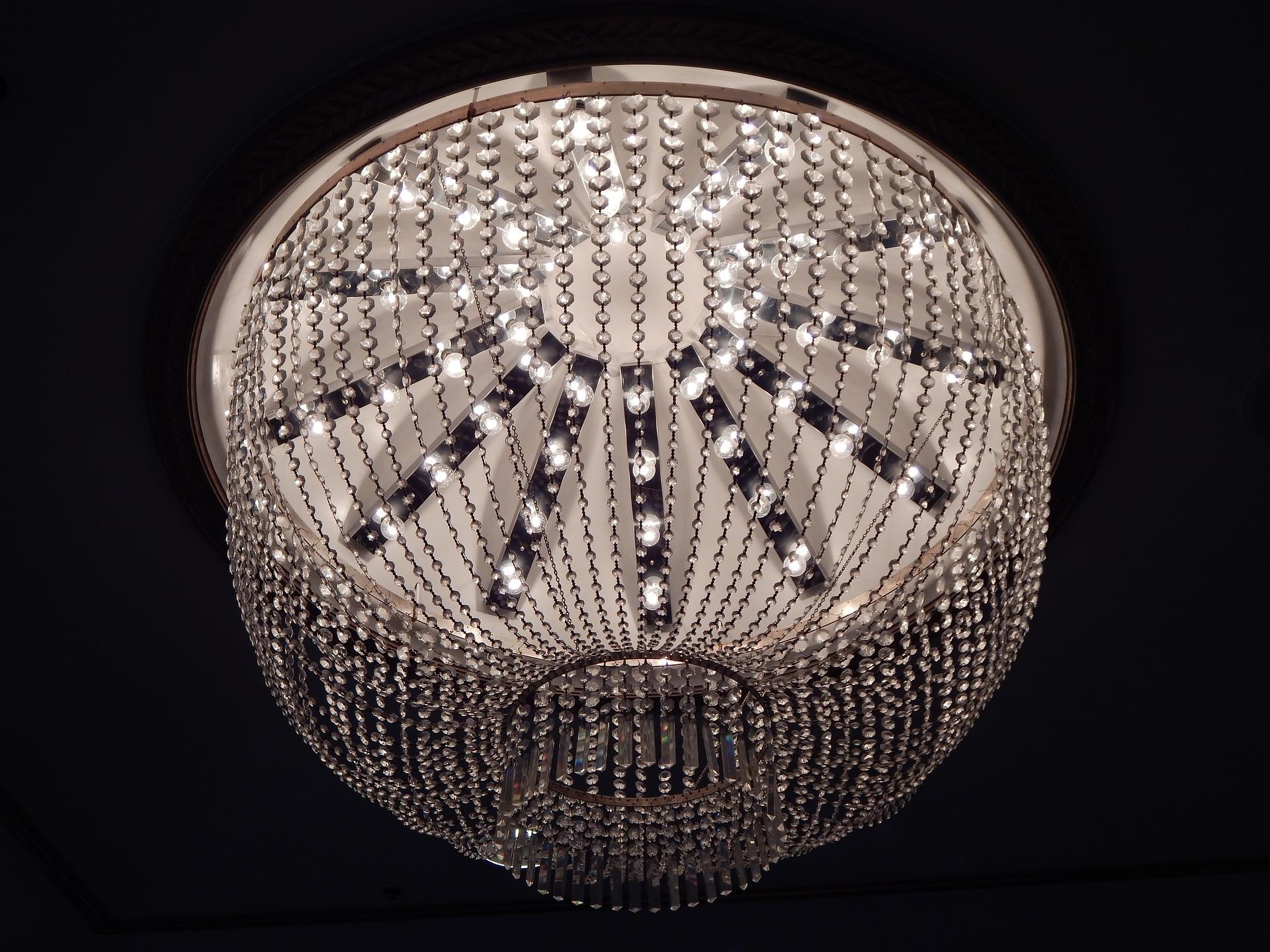 Lampy wiszące do przedpokoju - zalety wersji LED